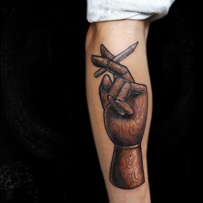 tatuaje mano de madera